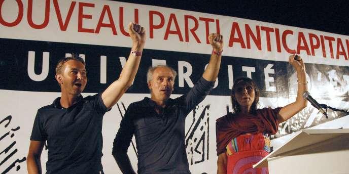 Olivier Besancenot, Philippe Poutou et Christine Poupin chantent l'Internationale à l'université d'été du NPA, le 29 août 2011.