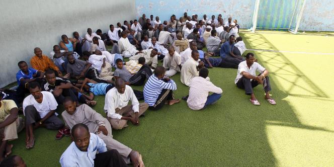 Des hommes soupçonnés d'être des mercenaires à la solde de Mouammar Kadhafi sont détenus dans un centre sportif, à Tripoli, le 30 août 2011.