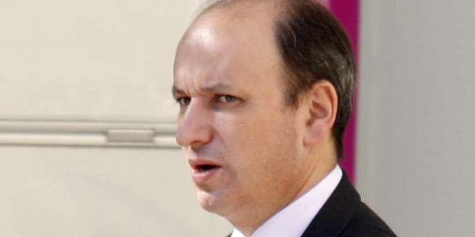 David Sénat, ancien conseiller de Michèle Alliot-Marie, est mis en cause à propos de fuites à la presse dans le dossier Bettencourt. Il a quitté le cabinet de la ministre peu après l'affaire pour un poste à Cayenne.