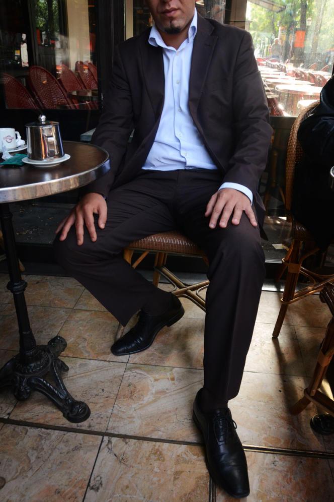 Seif Al Hourieh est né en France et possède la double nationalité. Depuis la Révolution, il est cyber-activiste et œuvre pour la diffusion des images des manifestations envoyées depuis la Syrie.
