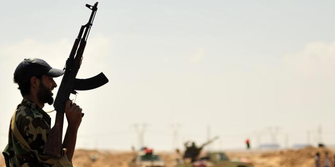 Un rebelle libyen monte la garde, le 27 août, devant l'entrée de la raffinerie de Ras Lanouf, la plus grande du pays.