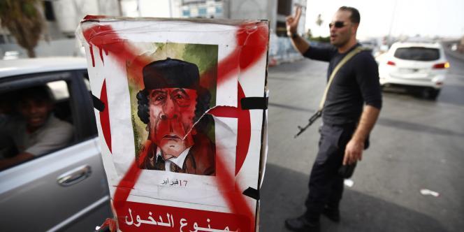 Point de contrôle tenu par des membres du CNT, à Tripoli, le 2 septembre 2011.