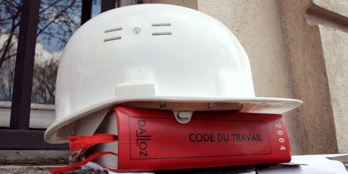 La proposition de loi socialiste consiste en la mise en place d'une liste publique où figureront les entreprises et prestataires de services ayant été condamnés pour « travail illégal » à une amende de plus de 45 000 euros.