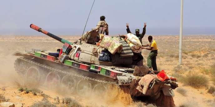 Un blindé du CNT dans la région de Syrte, le 5 septembre 2011.