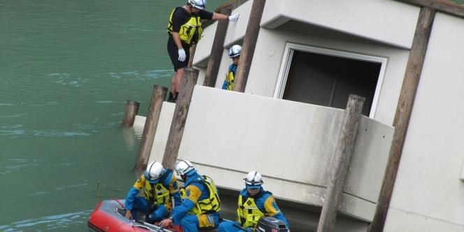Des policiers à la recherche de disparus dans un village de la région de Nara, le 6 septembre 2011.