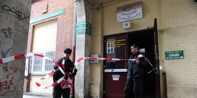Des policiers devant les locaux d'une association culturelle musulmane du quartier de Wedding, à Berlin, jeudi 8 septembre.