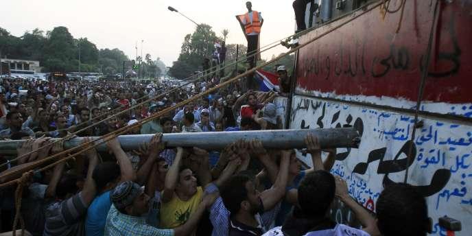 Des manifestants devant les locaux de l'ambassade israélienne au Caire, le 9 septembre 2011.
