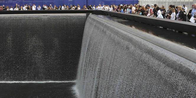 Des Américains autour du bassin de Ground Zero, où s'élevait autrefois le World Trade Center, lors de l'anniversaire des 10 ans du 11-Septembre.