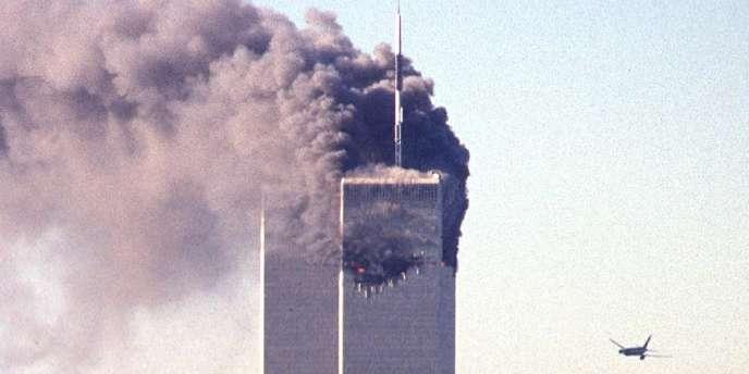 Un avion de ligne, détourné par des pirates de l'air, s'approche du World Trade Center, le 11 septembre 2001, à New York.
