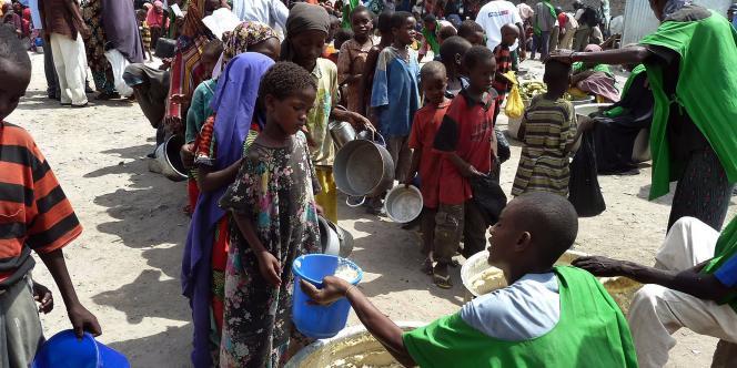 Des enfants reçoivent de la nourriture dans un centre d'aide à Mogadiscio en septembre 2011.