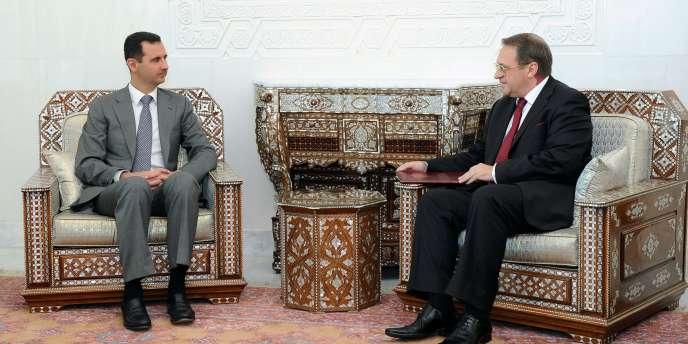 Le président syrien Bachar Al-Assad accueille le vice-ministre des affaires étrangères russe Mikhaïl Bogdanov, à Damas le 29 août.