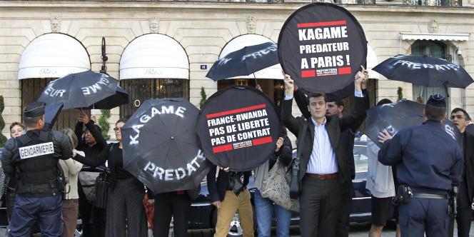 Le secrétaire général de Reporters sans frontières devant le Ritz à Paris, ce mardi matin pour dénoncer M. Kagame comme
