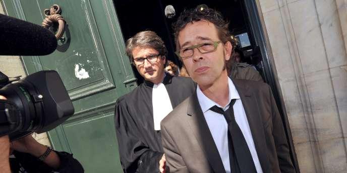 Le docteur Nicolas Bonnemaison (1er plan) devant la cour d'appel de Pau, en septembre 2011.