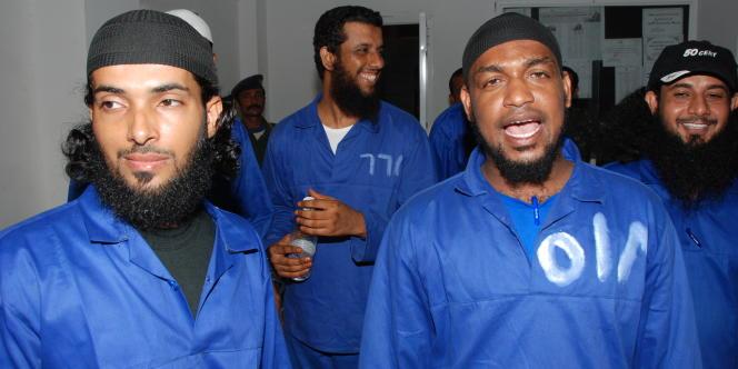Des membres présumés d'Al-Qaida arrêtés au Yemen au moment de leur jugement devant une cour spéciale en octobre 2010.