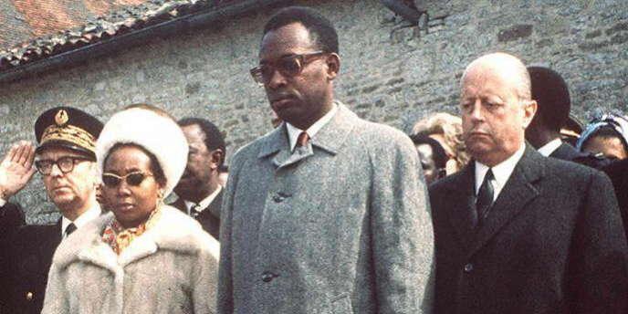 Jacques Foccart, aux côtés de Mobutu Sese Soko et sa femme, se recueille sur la tombe de Charles de Gaulle en 1971.