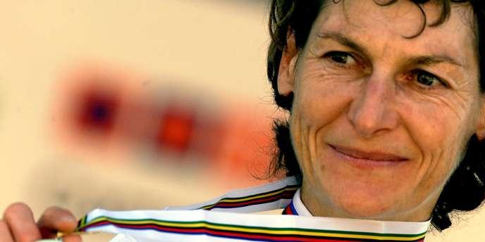 Jeannie Longo montre sa médaille d'or, le 10 octobre 2001 à Lisbonne, après avoir remporté le contre-la-montre des Championnats du monde de cyclisme sur route.