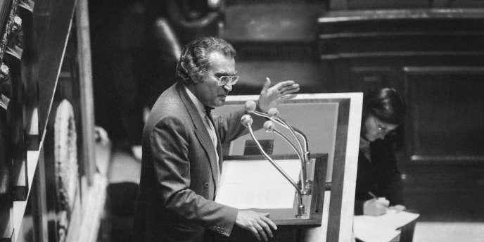 Georges Fillioud, le 26 avril 1982, à l'Assemblée nationale, défend le projet de loi sur l'audiovisuel.