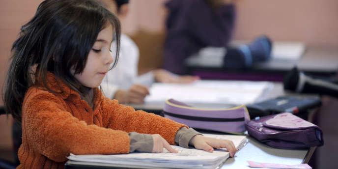 Une écolière du cours préparatoire réalise un exercice de lecture à l'école Arthur Rimbaud d'Andrézieux-Bouthéon, dans la banlieue de Saint-Etienne.