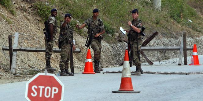 Des soldats français de l'OTAN gardent le poste frontière de Brnjak, jeudi 15 septembre 2011.