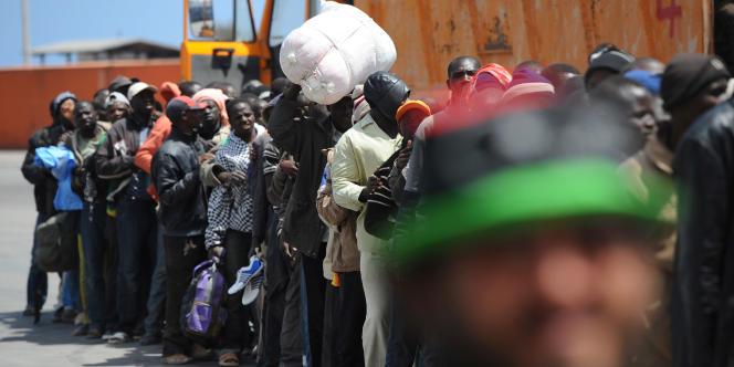 Des migrants africains attendent d'embarquer à Misrata, le 4 mai/