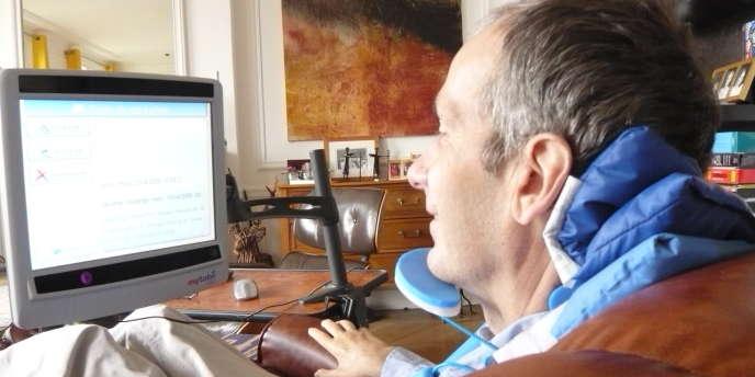 Norbert Coulange, atteint de la maladie de Charcot, peut continuer à communiquer grâce aux nouvelles technologies.