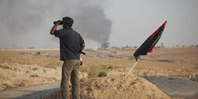Un ancien rebelle regarde vers Bani Walid.