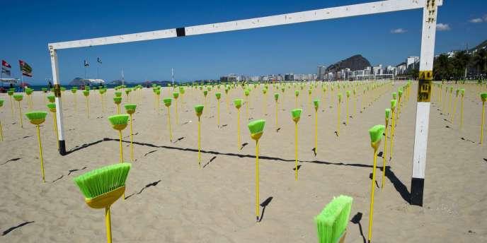 Ce week-end, la plage de Copacabana, à Rio, a été recouverte de balais verts et jaunes. Mot d'ordre de l'opération :
