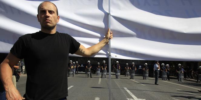 Un salarié du secteur public manifeste à Athènes, le 21 septembre.