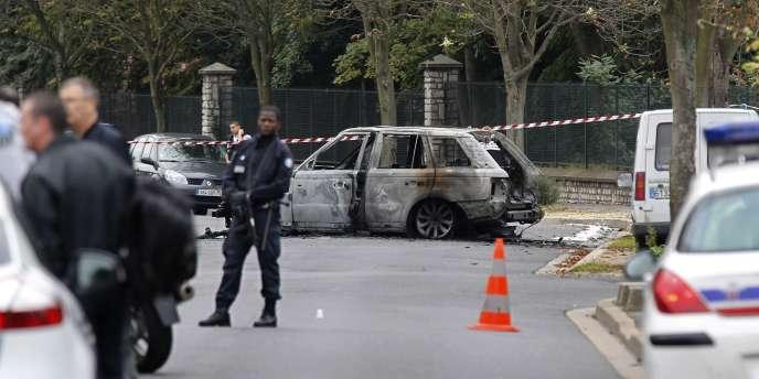 Des policiers non loin des lieux de l'attaque à l'explosif d'une société de transport de fonds à Orly-ville, le 21 septembre 2011.