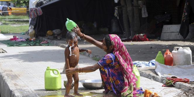 Les personnes ayant un salaire quotidien de 25 roupies (0,38 euro) à la campagne et de 32 roupies (0,48 euro) en ville ne devraient pas pouvoir bénéficier des plans d'aide gouvernementaux.