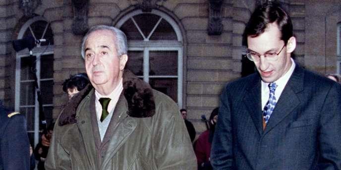 Edouard Balladur et Nicolas Bazire en 1994 dans la cour de l'hôtel Matignon.