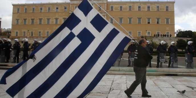 Le parlement grec a adopté en procédure d'urgence un projet de loi sur la réforme du code des impôts et la réduction du secteur public, ce qui permettra au pays de recevoir une nouvelle tranche d'aide.