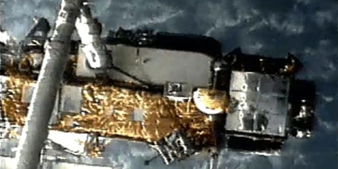 L'UARS, lors de sa première mission en 1991, accroché à la navette spatiale