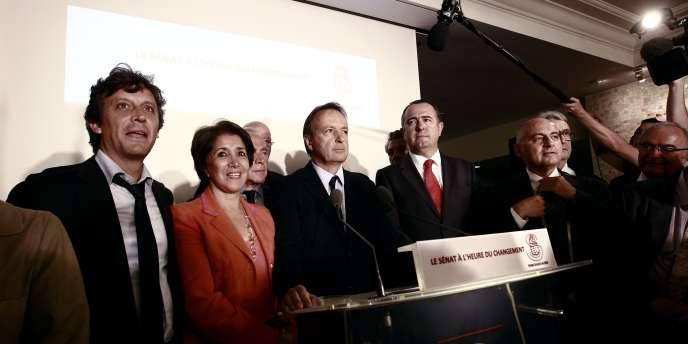 Jean-Pierre Bel entouré de plusieurs sénateurs socialistes