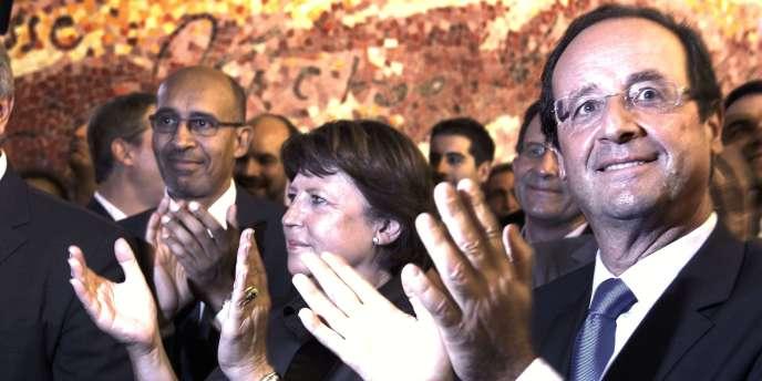 François Hollande et Martine Aubry applaudissent le discours du président du groupe socialiste au Sénat, Jean-Pierre Bel, dimanche 25 septembre à Paris.