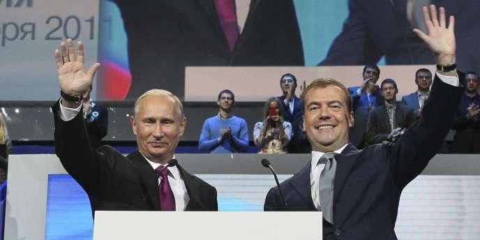 Vladimir Poutine et Dmitri Medvedev, le 24 septembre 2011, lors du congrès du parti Russie unie, à Moscou.