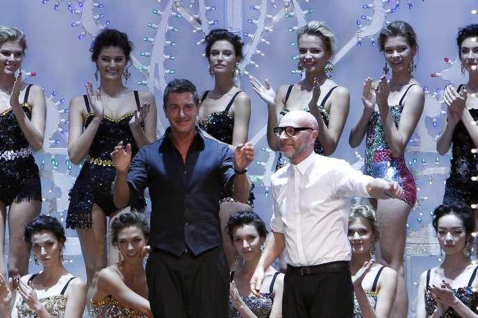 Les créateurs Stefano Gabbana et Domenico Dolce à la fin de leur défilé à Milan, le 25 septembre 2011.