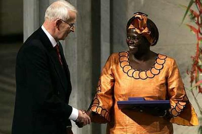 Le président du comité du Nobel, Ole Danbolt Mjoes, remet le prix à Wangari Maathai à Oslo.