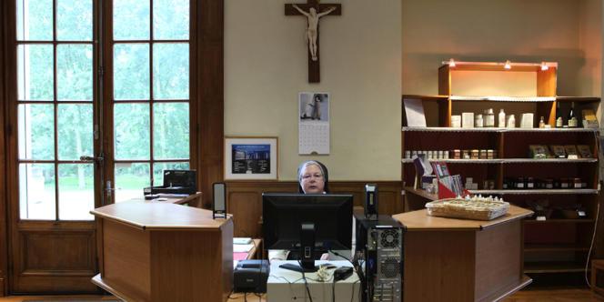 Certaines sœurs comme Marie-Nicole, en charge de la boutique, ont accès à Internet depuis leur lieu de travail. Le Web est devenu un outil incontournable pour la gestion quotidienne du monastère.