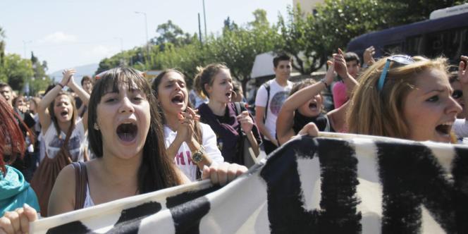 Des lycéens manifestent devant le parlement, à Athènes, jeudi 29 septembre.