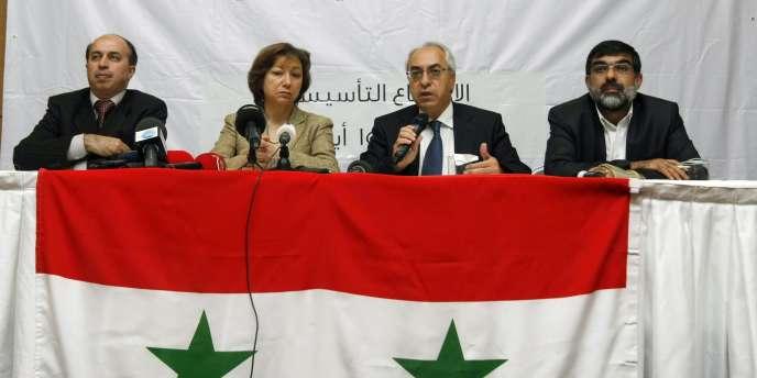 De gauche à droite : Ahmed Ramadan, Bassma Kodmani, Abdoulbaset Seida et Imad Aldin Rashid à la réunion du Conseil national syrien à Istanbul, le 29 septembre 2011.
