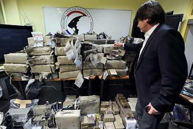 Michel Neyret, mis en cause dans une affaire de corruption liée au grand banditisme, ici le 17 mai 2011 à l'hôtel de police de Lyon, montrant une saisie de près de 1,5 tonne de résine de cannabis.