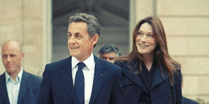 Nicolas Sarkozy et son épouse, Carla Bruni-Sarkozy, dans la cour de l'Elysée, le 17 septembre.