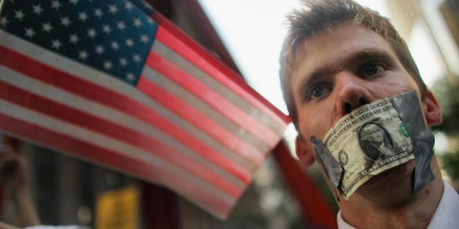 Entre 1 000 et 2 000 personnes ont protesté contre l'arrestation, la semaine dernière, de manifestants pacifiques qui s'étaient rassemblés pour protester contre les profits démesurés de Wall Street, le 30 septembre 2011.