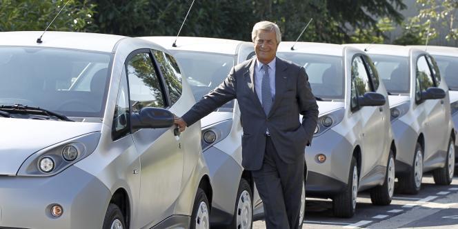 Vincent Bolloré, devant des Autolib', en septembre 2011.