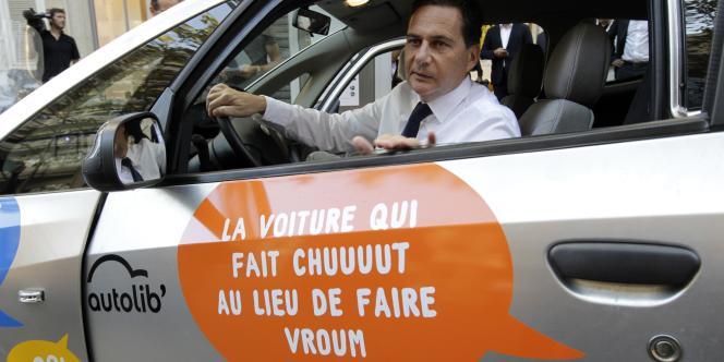 L'ancien ministre de l'industrie Eric Besson au volant d'une Bluecar, le 2 octobre dernier à Paris. Bolloré fait une entrée remarquée dans la gestion des services urbains à Paris avec Autolib'.