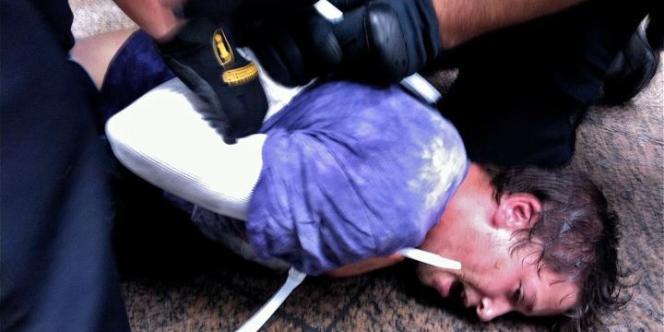 Photographie d'une interpellation par les forces de police d'un manifestant du mouvement