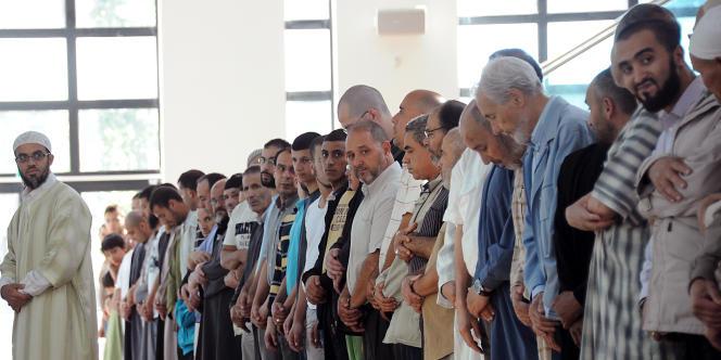 Prière à la grande mosquée de Villeneuve-d'Ascq, en août.