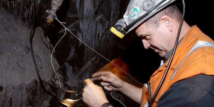 Un mineur connecte des fils électriques avant de provoquer une explosion le 05 décembre 2007, dans les ardoisières d'Angers à Trélazé.