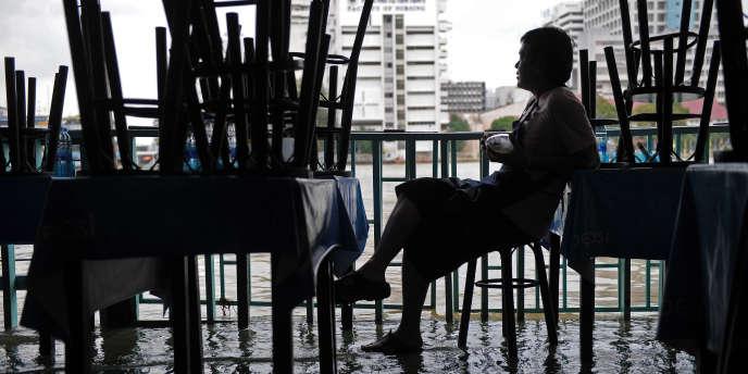 Le bilan des inondations en Thaïlande s'établit à environ 300 morts.
